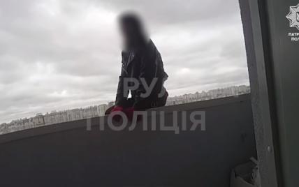 У Києві 17-річна дівчина стрибнула з балкона на 25 поверсі: патрульний схопив її в останній момент (моторошне відео)