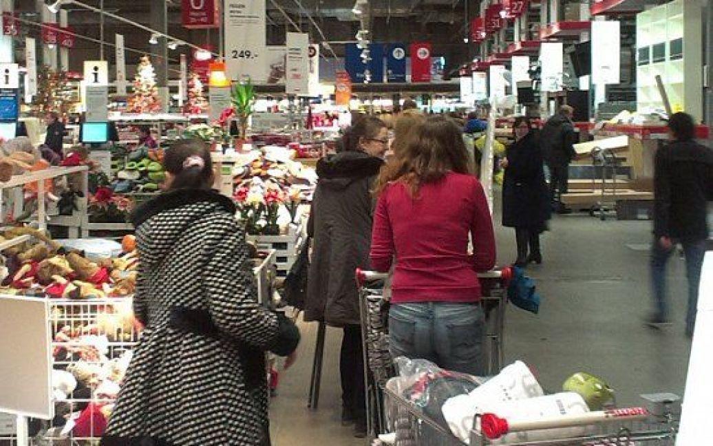 Люди беруть все, що не встигло подорожчати / © zyalt.livejournal.com