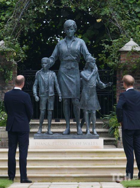 Принц Вільям і принц Гаррі, відкрили статую своєї матері Діани, принцеси Уельської, яку встановили в затонулого саду Кенсингтонського палацу в день її 60-річчя 1 липня 2021 року / © Getty Images