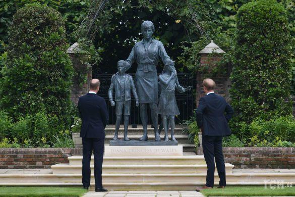 Принц Вільям і принц Гаррі, відкрили статую своєї матері Діани, принцеси Уельської /  Getty Images