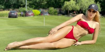 Похвасталась стройной фигурой: Оля Полякова в бикини соблазнительно позировала на четвереньках
