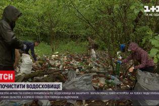 Новости Украины: полсотни людей убирали берег водохранилища на Закарпатье