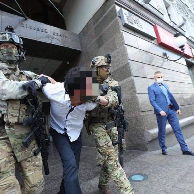 Иностранца, который угрожал взорвать банк в центре Киева, отправили на лечение