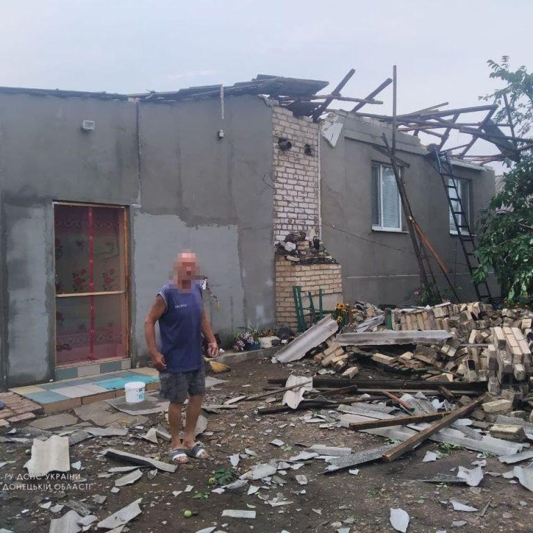 На Донбасі люди прибирають свої подвір'я, накривають дахи чим є та чекають на новий удар стихії