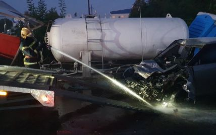 Смертельна ДТП поблизу Києва: легковик врізався у цистерну з газом на АЗС (фото)