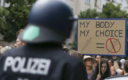 Масові протести проти COVID-обмежень у Берліні завершилися сутичками і затриманням 500 осіб