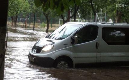 """Авто та людей змивають бурхливі """"річки"""", затоплено метро і житлові будинки: наслідки сильної зливи у Києві (відео)"""