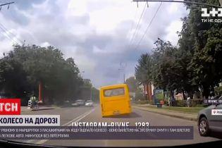 Новости Украины: в Ровно пассажирский бус остался без колеса прямо во время движения