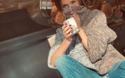 У затишному светрі: Вікторія Бекхем показала новий образ для роботи вдома