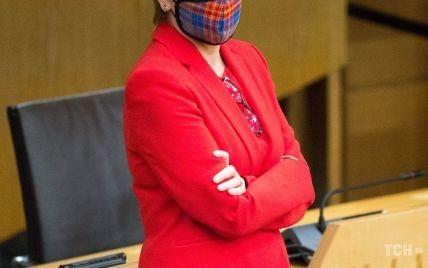 Сверкнула стройными ногами: первый министр Шотландии в эффектном красном луке появилась в парламенте