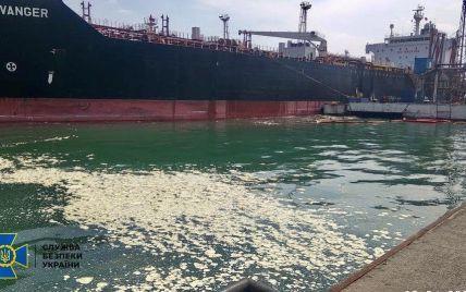 Сбросил в море 8,5 тонн пальмового масла: СБУ объявила подозрение экипажу иностранного судна (фото)