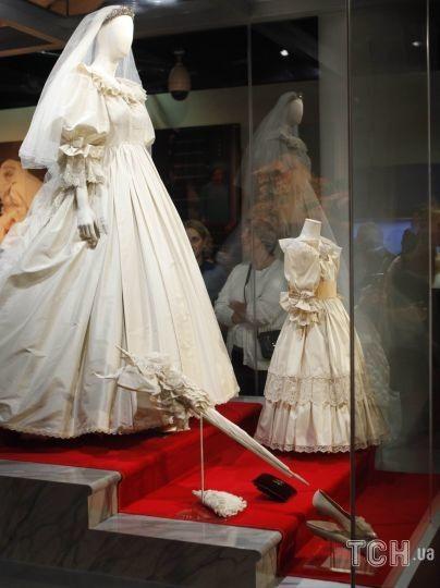 Cвадебное платье принцессы Дианы во время предварительного просмотра выставки Diana: A Celebration в Национальном центре конституции в Филадельфии, 1 октября 2009 год / © Associated Press