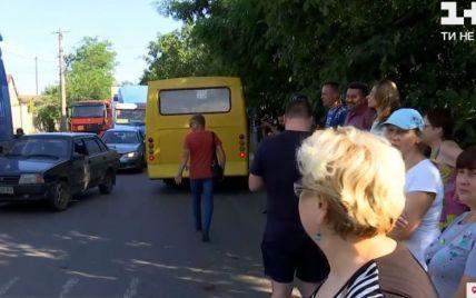 В Одесі жителі однієї з вулиць перекрили рух вантажівкам