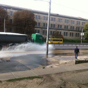 В Киеве в результате аварии на водопроводной магистрали залило проезжую часть проспекта