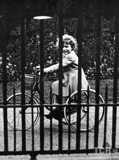 Принцесса Елизавета на своем трехколесном велосипеде, 1931 год / © Getty Images