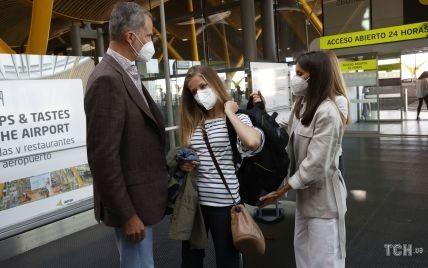 Так трогательно: королева Летиция и король Филипп VI провожали дочь Леонор на учебу в аэропорту