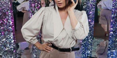 В элегантной блузке и с цветами в волосах: Оля Цибульская на красной дорожке