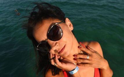 Илона Гвоздева соблазнительно изогнулась в коралловом купальнике на фоне моря