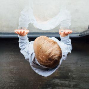 Сезон відчинених вікон: як правильно зміцнити кватирку, щоб захистити дитину від падіння з висоти