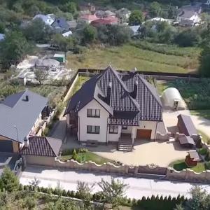 Розкішний будинок та два авто. Автомайдан показав життя глави управління Нацполіції Тернопільщини