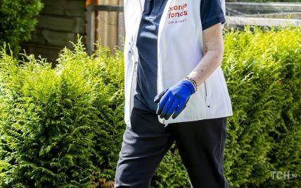 В эффектных серьгах и с макияжем: 83-летняя нидерландская принцесса поработала в саду