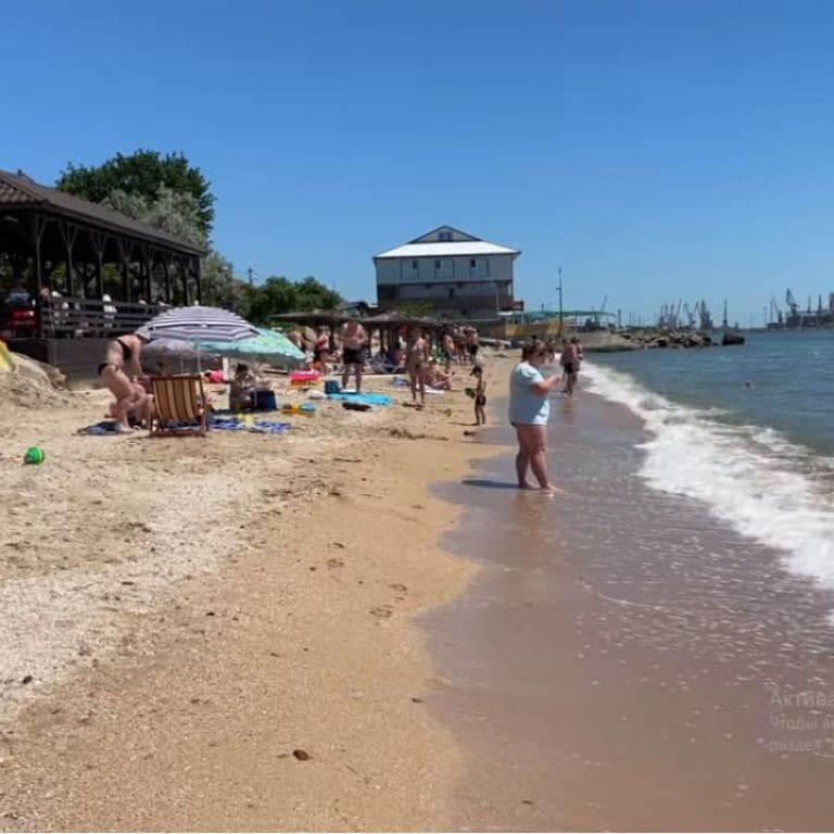 """Дошкуляють морські блохи і """"кусаються"""" ціни: блогер розповів, як зараз відпочивається у курортному Бердянську (відео)"""