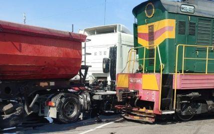 Під Фастовом вантажівка влетіла у локомотив на залізничному переїзді
