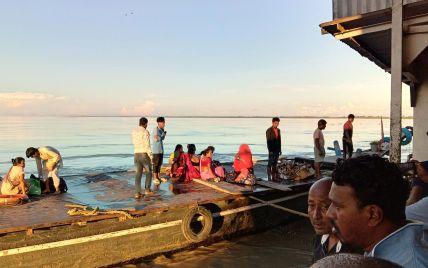 Пассажиры прыгали в воду, чтобы спастись: в Индии из-за столкновения двух суден погиб человек, десятки пропали