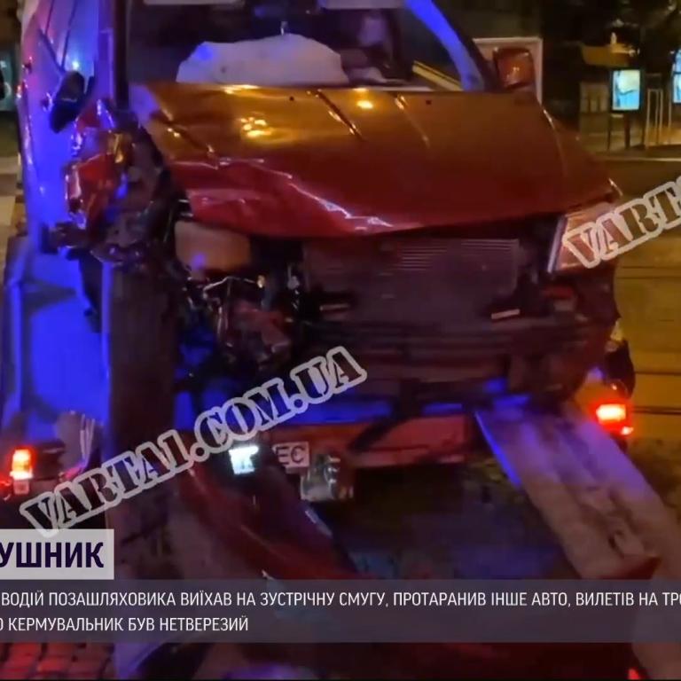 У Львові водій позашляховика, тікаючи від копів, протаранив авто і врізався в будинок