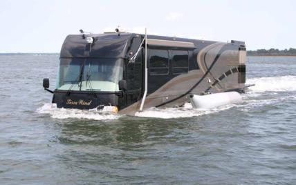 Может передвигаться по воде и имеет джакузи: американцы представили стильный дом на колесах за миллион долларов