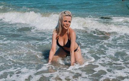 Пишногруда Аліна Гросу у бікіні еротично повигиналася у хвилях моря