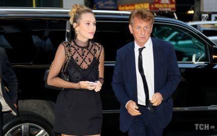В стильному міні і з сумкою Chanel: Ділан Пенн з батьком приїхала на шоу