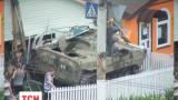 В Луганске боевики на броневике протаранили кафе