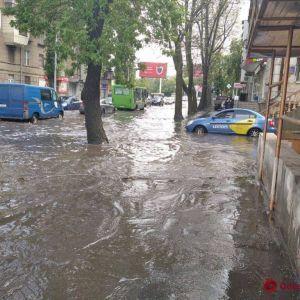 В Одесі через дощ стався потоп: з'явились фото, відео