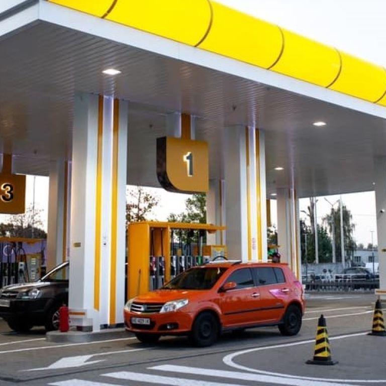 Мережі АЗС України масово припиняють продаж преміального пального через рішення уряду: список компаній