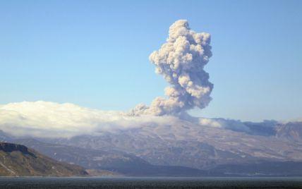На Курилах один из самых активных вулканов выбросил пепел на высоту 2 км (фото)