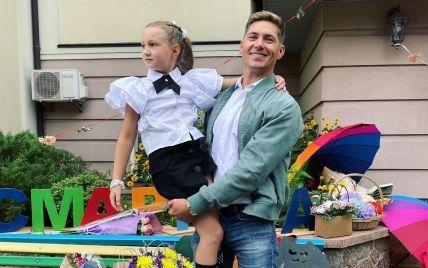 Ексдружина Остапчука у смарагдовій сукні з колишнім відвела доньку до школи