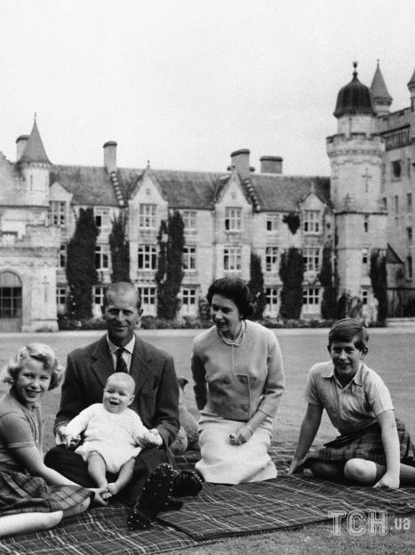 Королева Елизавета II с семьей в замке Балморал / © Associated Press