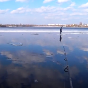 В Киеве рыбак вытащил спиннингом мальчика, который оказался на льдине: видео