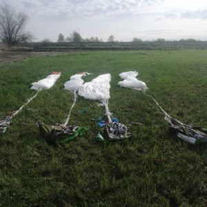 Сховали в очереті: прикордонники знайшли парашути біля кордону з РФ на Луганщині (фото)