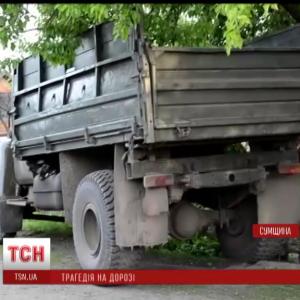 На Сумщині вантажівка вилетіла на узбіччя та збила трьох дітей