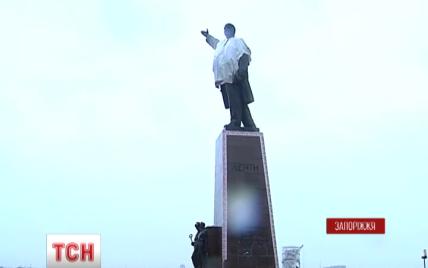 У Запоріжжі кількасот міліціонерів завадили активістами знести пам'ятник Леніну