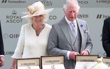 Допоміг їй одягти маску: фотографи зробили милий кадр принца Чарльза і герцогині Камілли