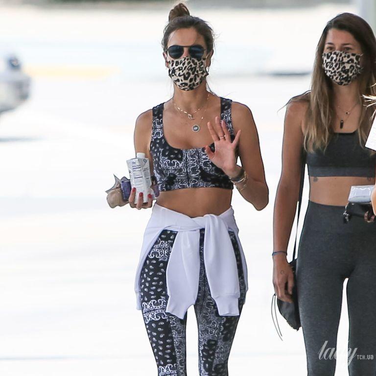 У кроптопі і леопардовій масці: Алессандра Амбросіо прогулялася з подругами Лос-Анджелесом
