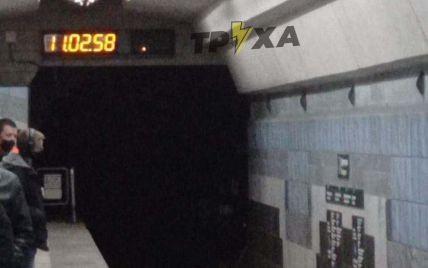 В Харкові у метрополітені жінка стрибнула під потяг через конфлікт з чоловіком: відео