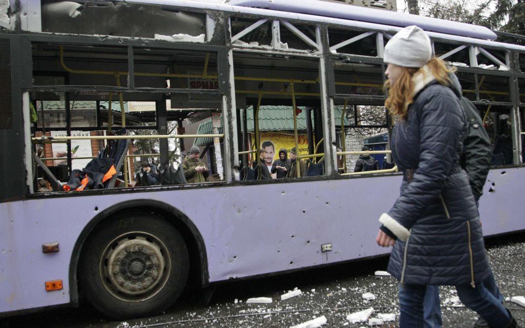 У Донецьку снаряд розірвався на зупинці / © Reuters