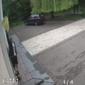 В центре Киева мужчина порвал флаг Украины: злоумышленник идентифицировали (видео)