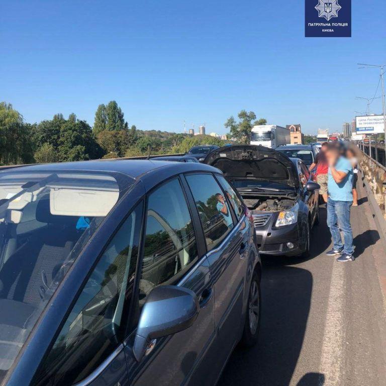 На Південному мосту у Києві сталася ДТП за участю трьох автомобілів