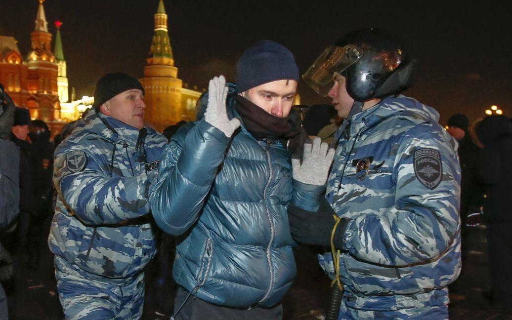 За дійством у #шар спостерігають здивовані поодинокі працівники міліції / © Reuters