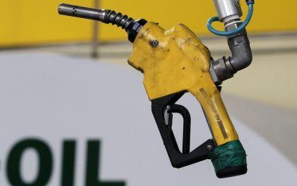 Після стрімкого обвалу нафта продовжує дешевшати